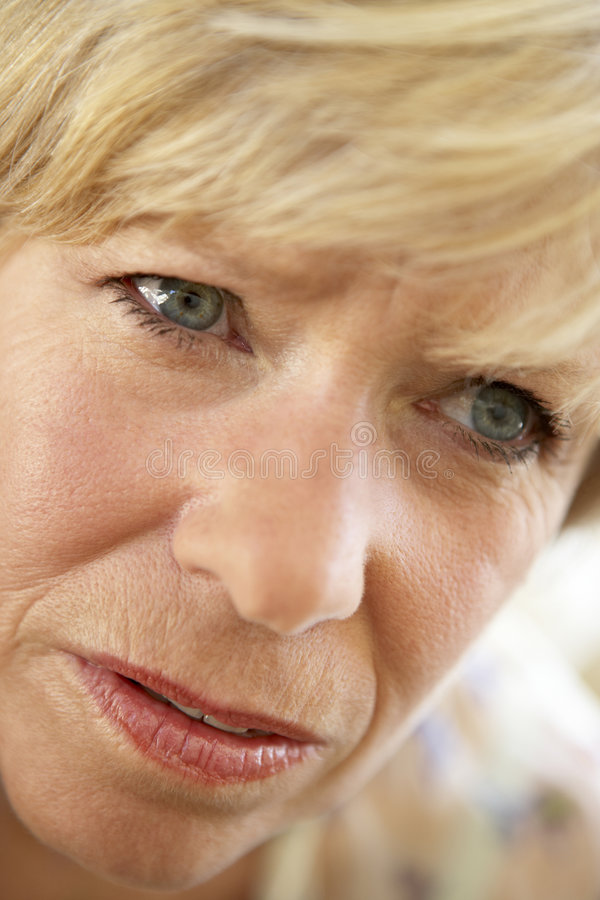 тревоженая смотря женщина старшия портрета стоковая фотография rf
