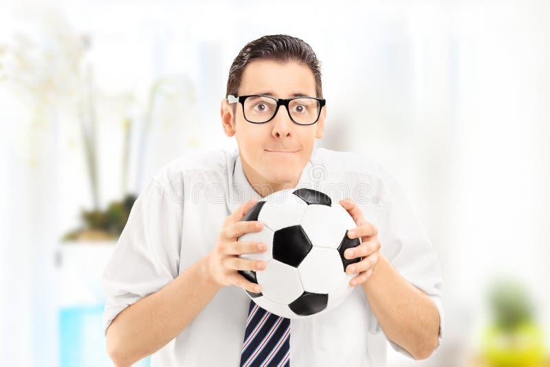 Тревоженые молодые футбольный матч вентилятора спорт наблюдая и bal держать стоковое изображение