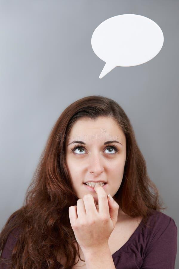 Тревоженый девочка-подросток с пузырем мысли над головой стоковые изображения