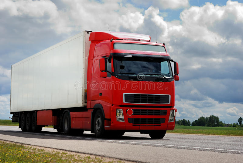 трейлер красного цвета грузовика стоковое изображение rf