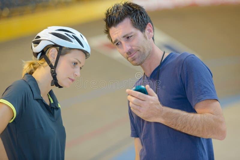 Тренер выражая разочарование на времени велосипедистов стоковые изображения rf