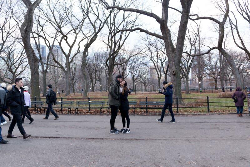 Тренер Найк логотипа - человек предлагает женщину в Central Park Нью-Йорке стоковые изображения rf
