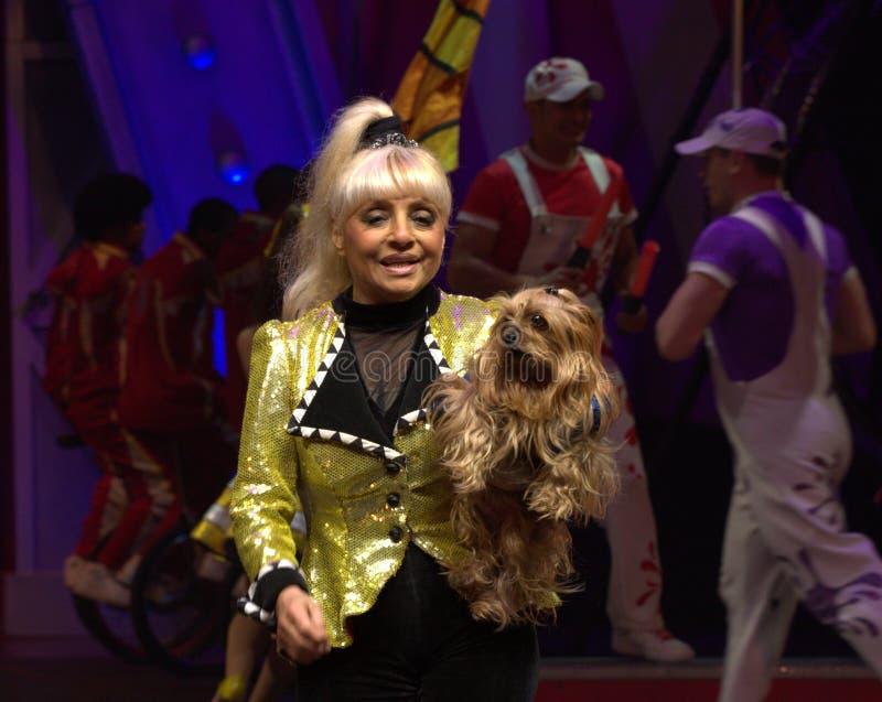 Тренер собаки цирка с собакой стоковое изображение