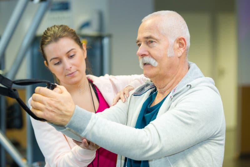 Тренер спорт направляя старшего человека стоковое изображение