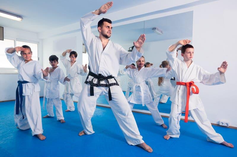 Тренер тренирует молодые подростки стоковое изображение rf