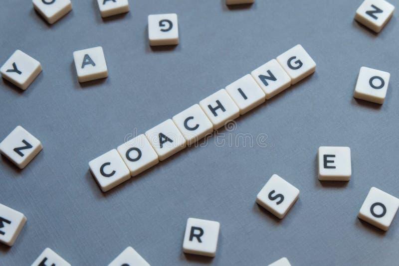 Тренировать слово сделал квадратного слова письма на серой предпосылке стоковая фотография rf