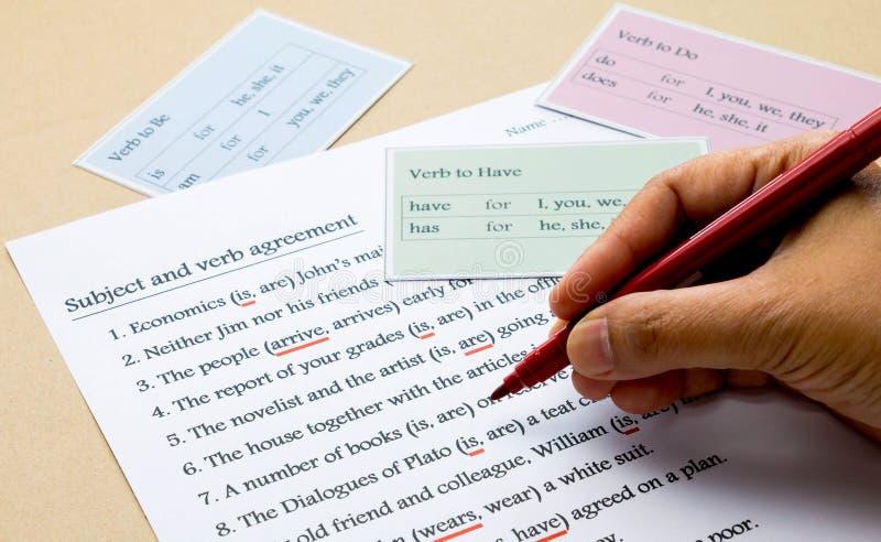 Тренировка английской грамматики на таблице стоковые фото
