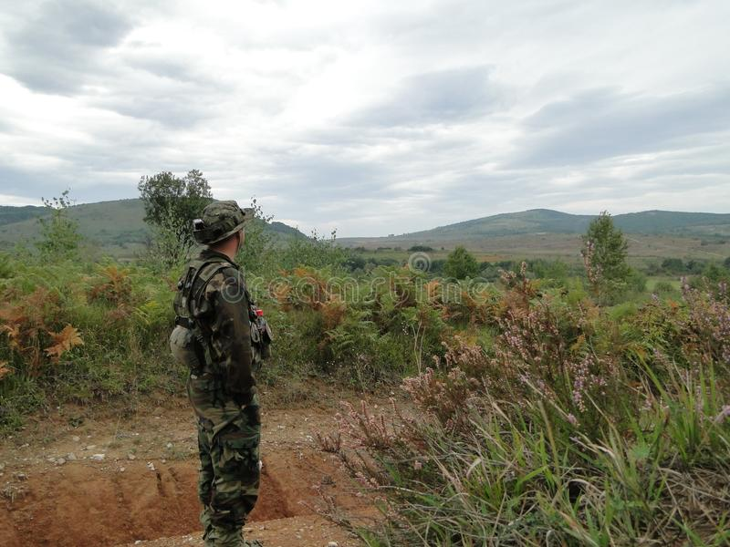 Тренировка армии Солдаты делают полеты стоковое фото