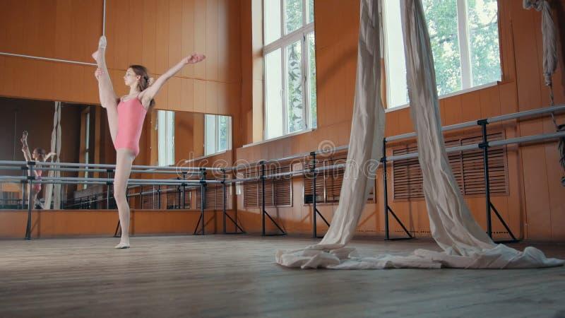 Тренировка артиста балета девушки в комнате зеркала - розовом костюме стоковые изображения rf