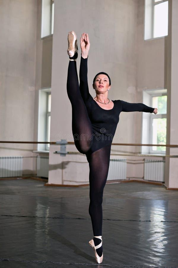Смотреть картинки как танцуют голые балерины в зале