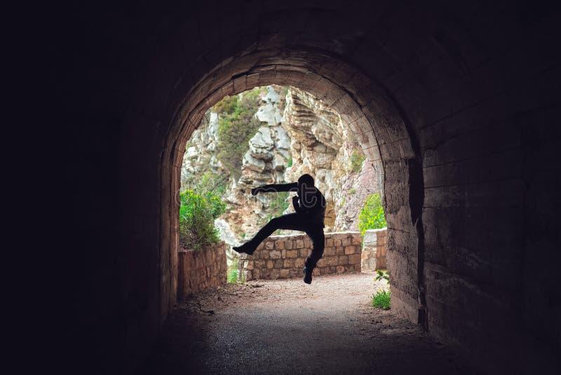 Тренировка бойца в темном тоннеле стоковое изображение