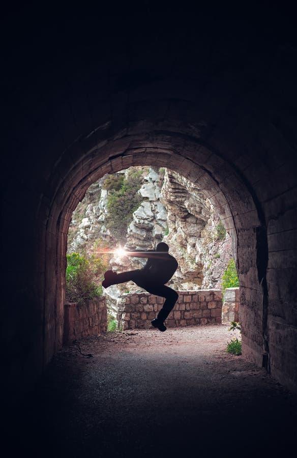 Тренировка бойца в темном тоннеле стоковая фотография rf