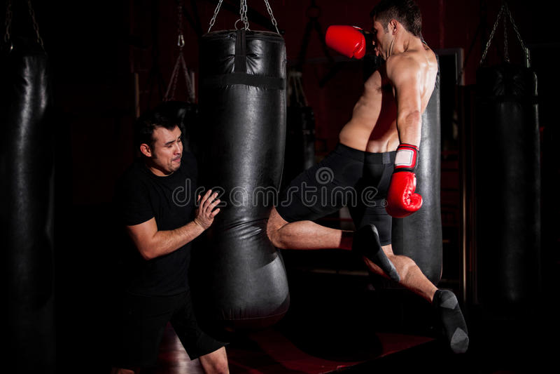 Тренировка бойца Muttahida Majlis-E-Amal на спортзале стоковые изображения rf