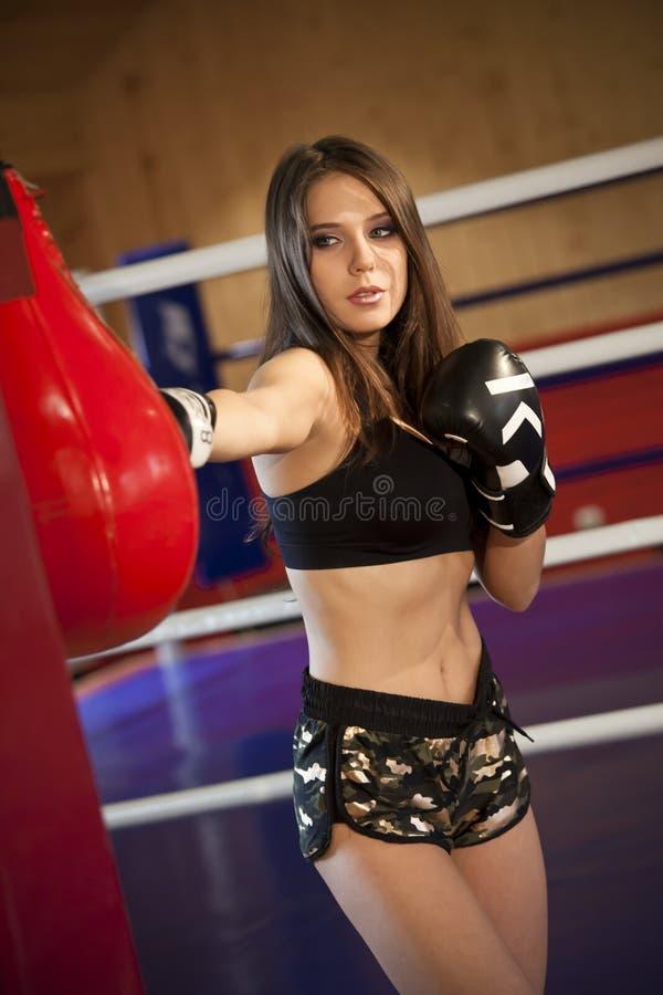Тренировка бокса в спортзале стоковое фото