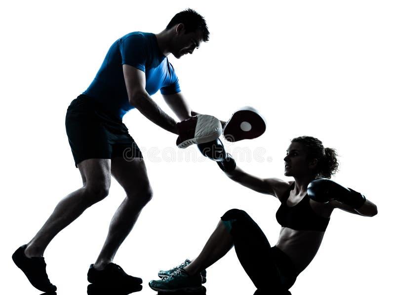 Тренировка бокса женщины человека стоковое изображение