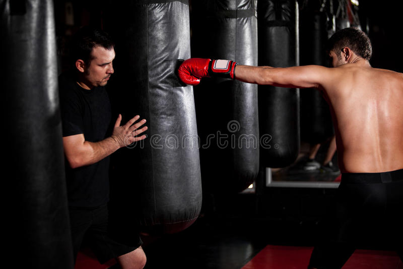 Тренировка боксера с его тренером стоковое изображение