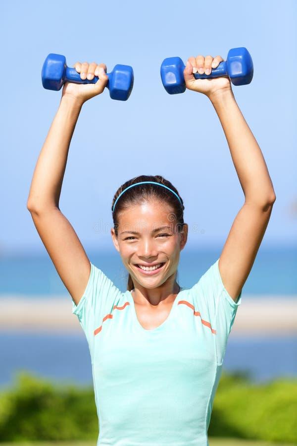 Тренировка веса женщины фитнеса снаружи стоковое изображение rf