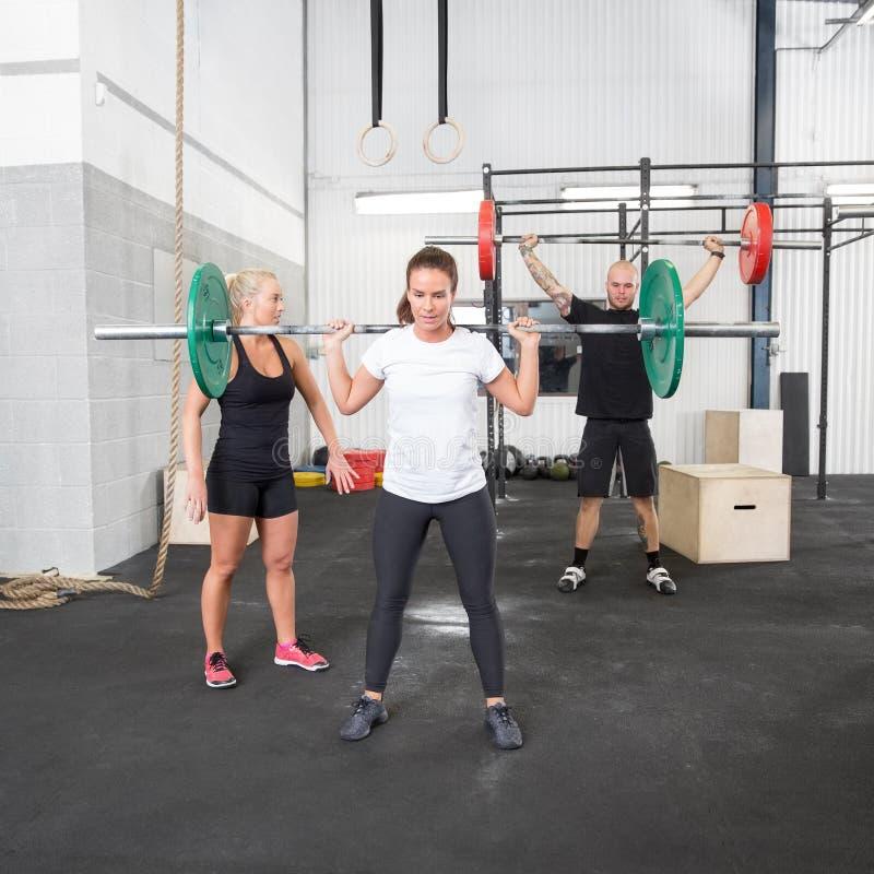 Тренировка веса с личным тренером стоковое изображение rf