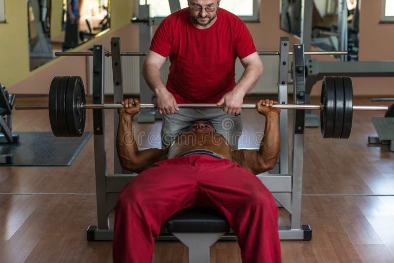 Тренировка в спортзале где партнер дает поощрение стоковая фотография