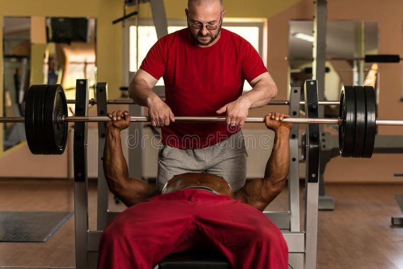 Тренировка в спортзале где партнер дает поощрение стоковые фото