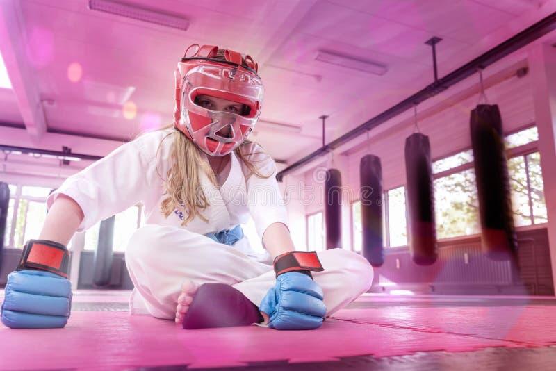 Тренировка в школе карате Практика карате Kyokushinkai стоковая фотография rf