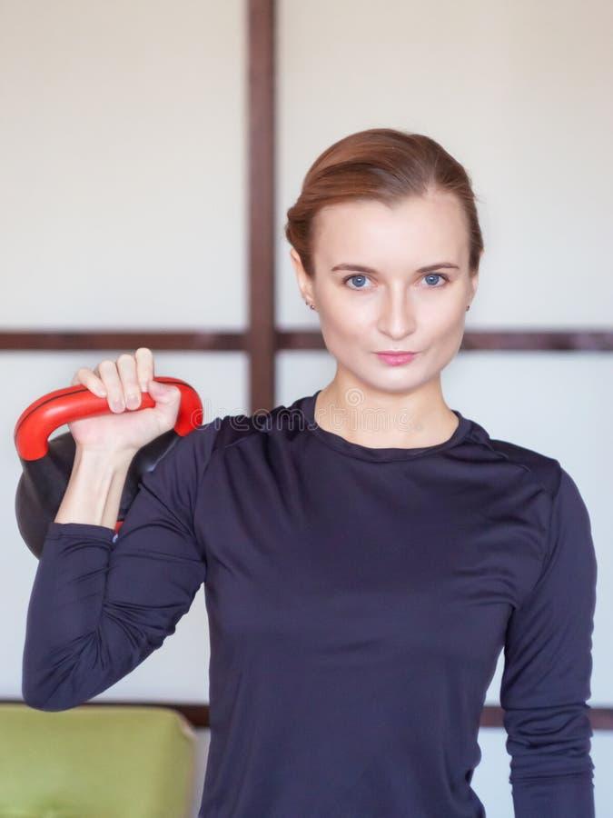 Тренировка женщины с kettlebell стоковое изображение rf