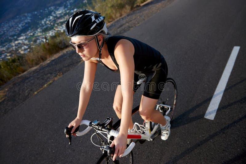 Тренировка женщины фитнеса задействуя стоковая фотография