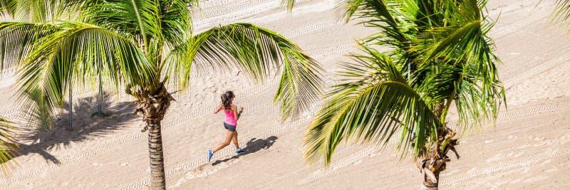 Тренировка женщины фитнеса идущая на тропическом пляже стоковые изображения