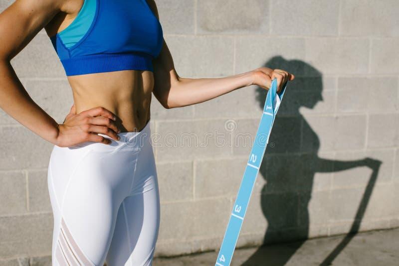 Тренировка женщины фитнеса с диапазоном сопротивления стоковая фотография