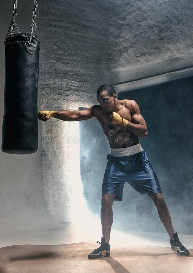 Картинка быть парень боксерскую грушу велюровые ботфорты