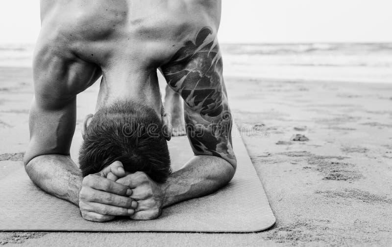 Тренировка йоги протягивая лето концентрации раздумья стоковое фото rf
