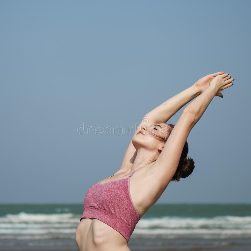 Тренировка йоги протягивая концепцию лета концентрации раздумья стоковое изображение