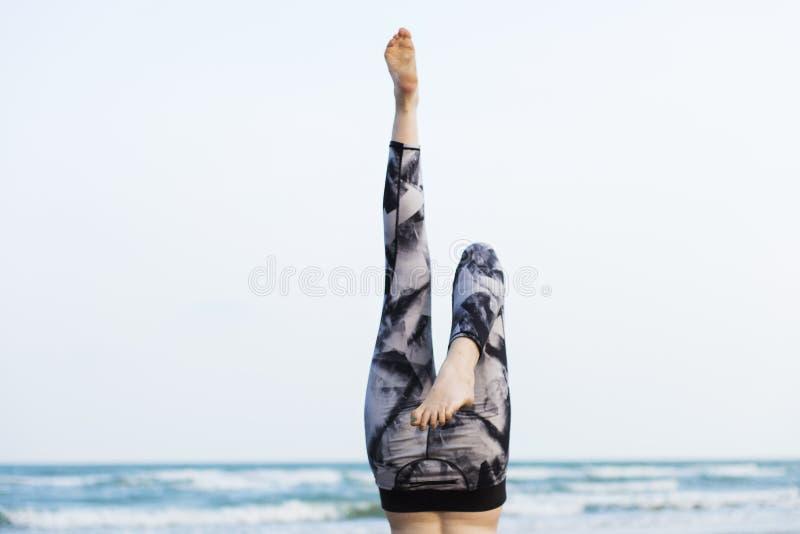 Тренировка йоги протягивая концепцию лета концентрации раздумья стоковое фото