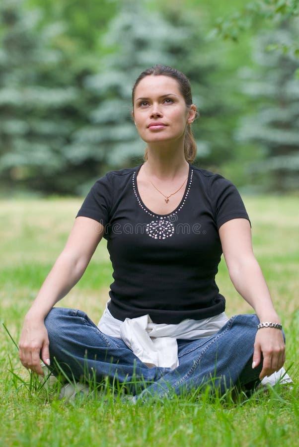 Тренировка йоги рекреационная стоковые изображения rf