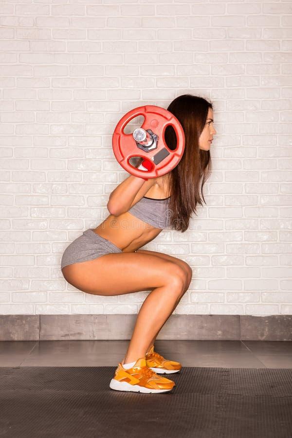 Тренировка красивой женской разминки функциональная стоковые изображения