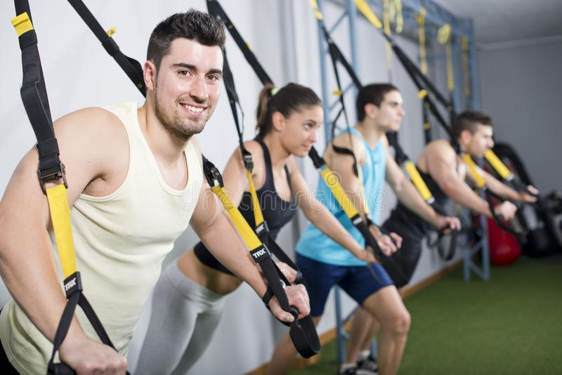 Тренировка людей в тренировках подвеса на спортзале стоковое фото