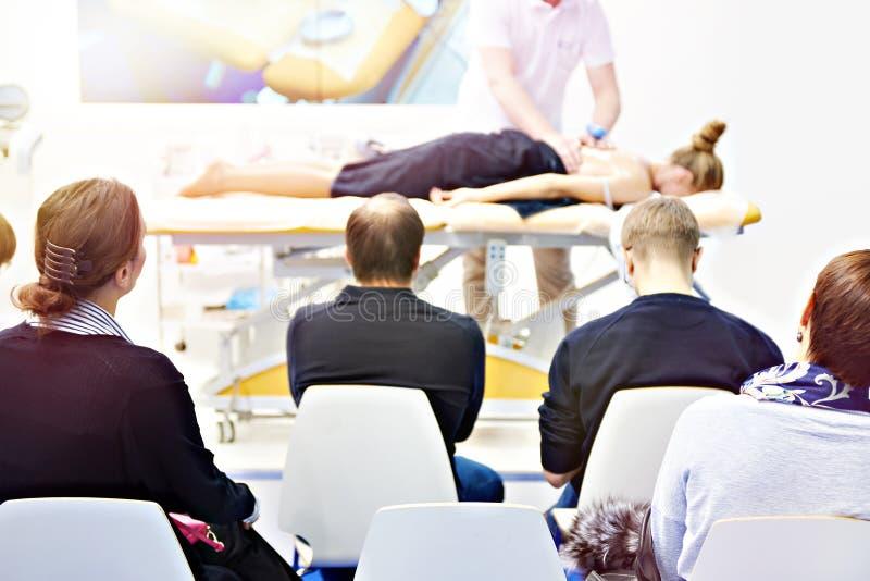 Тренировка массажа в классе стоковая фотография
