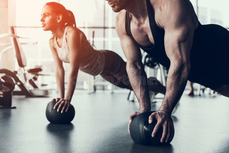 Тренировка молодого человека и женщины в фитнес-клубе стоковая фотография rf