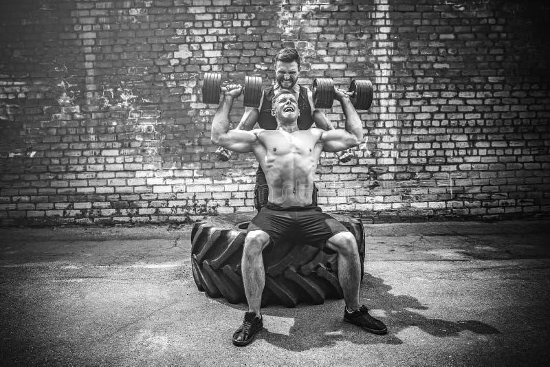 Тренировка 2 мышечная спортсменов стоковое фото