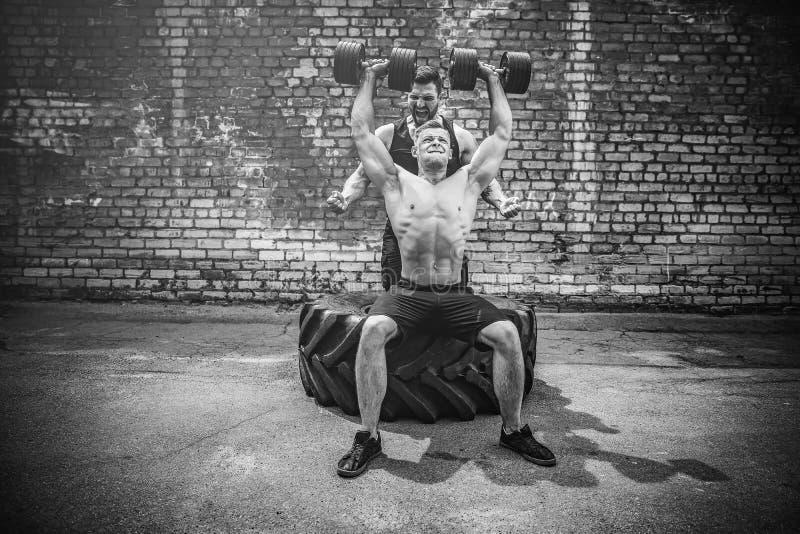 Тренировка 2 мышечная спортсменов стоковые изображения rf