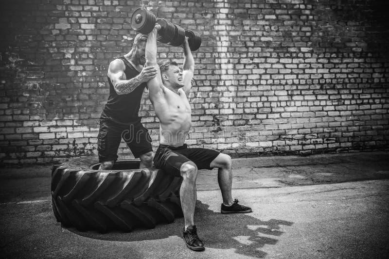 Тренировка 2 мышечная спортсменов стоковые изображения