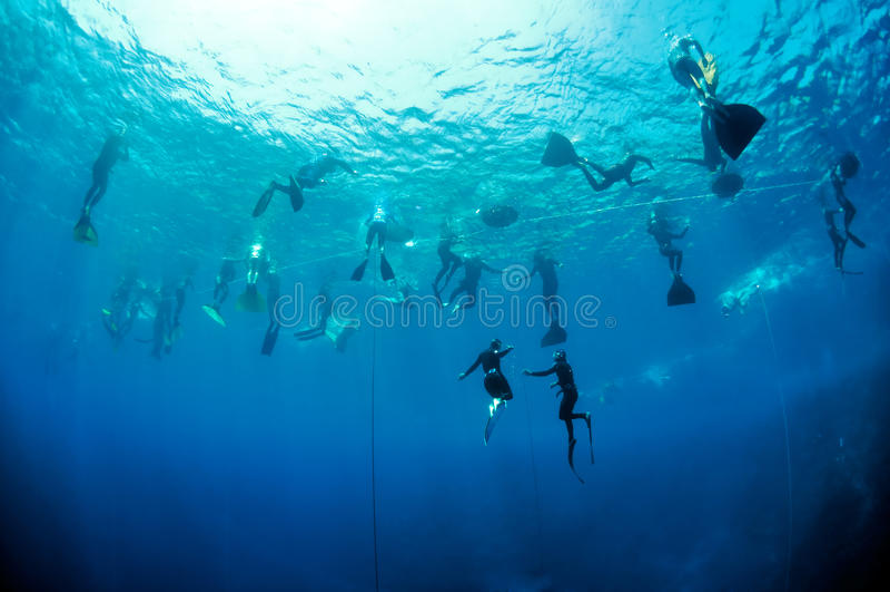 тренировка отверстия голубой глубины freediving стоковое фото