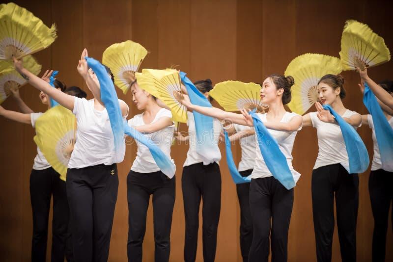 Тренировка позиции танца цветка 2-National вентилятора стоковые изображения rf