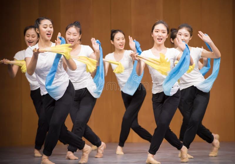 Тренировка позиции танца цветка 3-National вентилятора стоковые фото