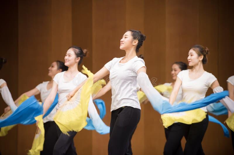 Тренировка позиции танца цветка 5-National вентилятора стоковые фото