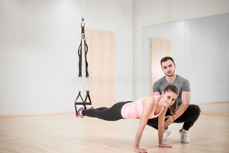 Тренировка подвеса с личным тренером стоковые фотографии rf