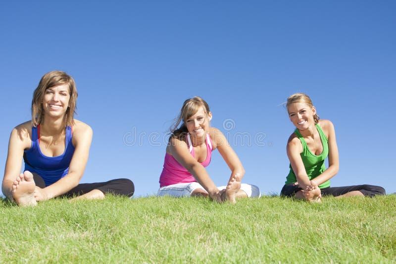 тренировка протягивая женщин стоковое изображение rf