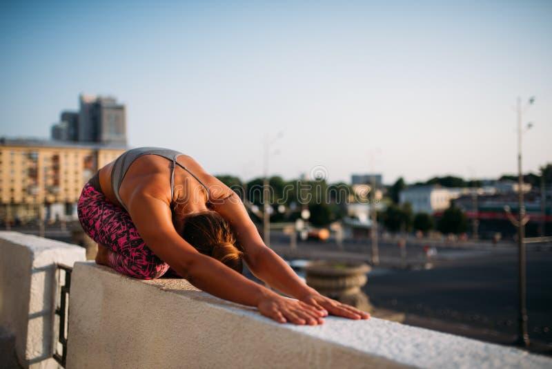 Тренировка раздумья йоги, женщина ослабляет стоковое фото rf