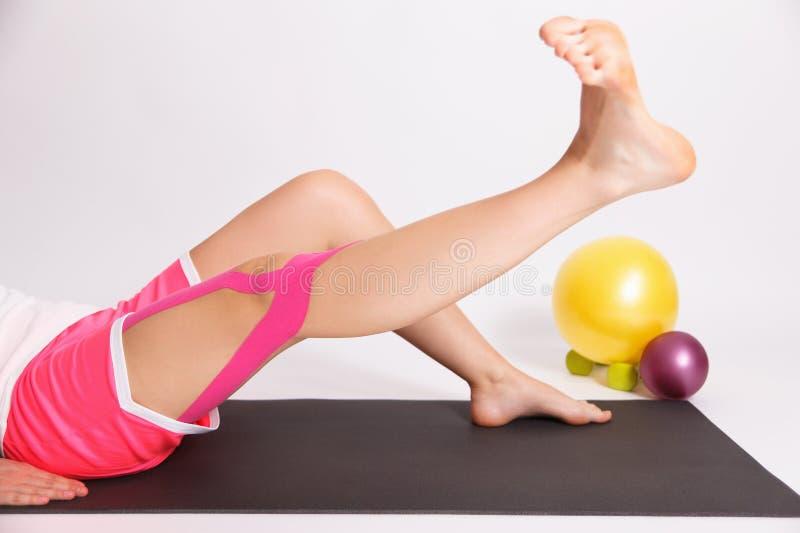Тренировка реабилитации после травмы ноги стоковые фото