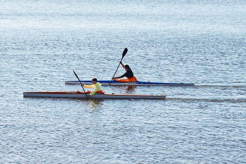 Тренировка спортсменов гребя каноэ стоковое изображение rf